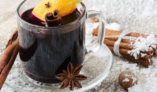 топло червено вино с канела, анасон и плодове